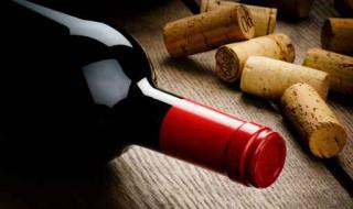 Bouteille de vin rouge et bouchons