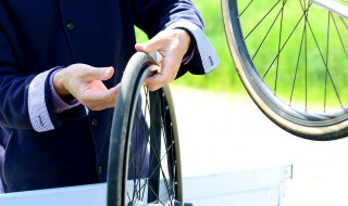 Changement chambre à air vélo pneu crevé roue