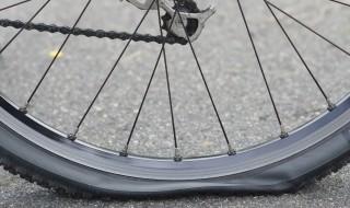 Pneu crevé vélo roue à plat entretien réparation
