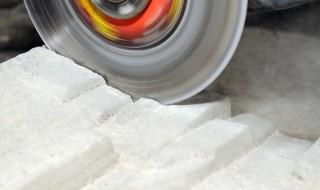 Découpe de ciment, dalle de béton