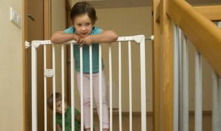 Enfant barrière sécurité maison installation escalier