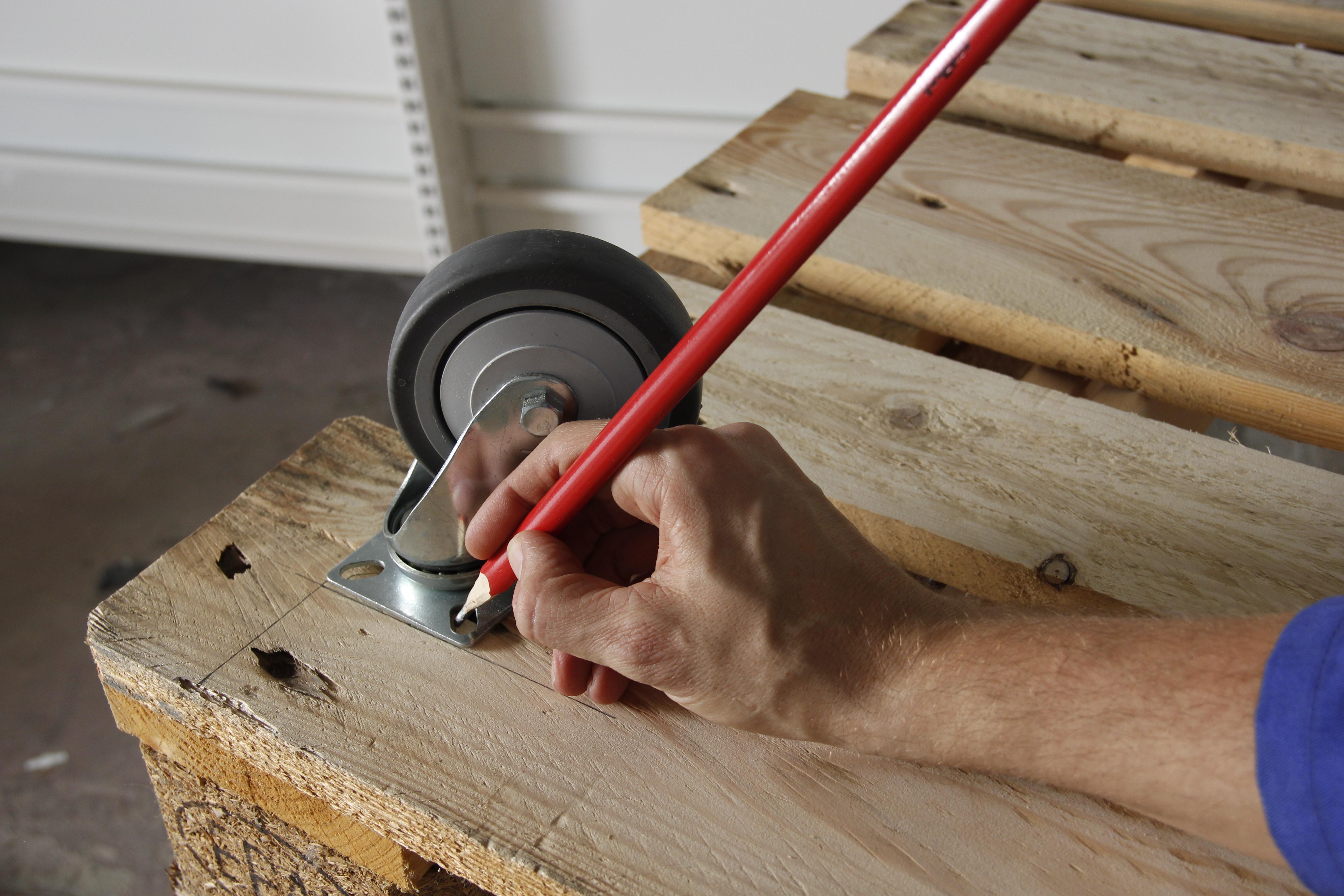 mesure pour mettre des roues sur une table basse palettes. Black Bedroom Furniture Sets. Home Design Ideas