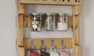 Meuble en palettes avec bocaux le Pafait et colliers de serrage