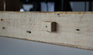 Mettre un morceau de bois pour éviter de toucher le mur