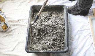 Fabriquer un bureau en béton - La préparation du béton