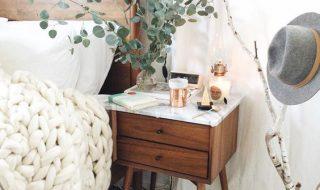 Customiser sa table de chevet avec de l'adhésif marbre
