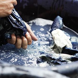 Comment faire un effet tie and dye sur du tissu ?
