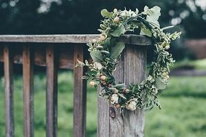 Comment fabriquer une couronne de fleurs ?